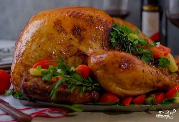 5. Выложите птицу на противень, предварительно завернув её в фольгу, отправьте в духовку. Запекайте при температуре около 180 градусов примерно 90 минут. Потом фольгу можете снять и продолжать запекать до готовности. Вот и весь секрет, как приготовить индейку, запеченную с овощами. Приятного аппетита!