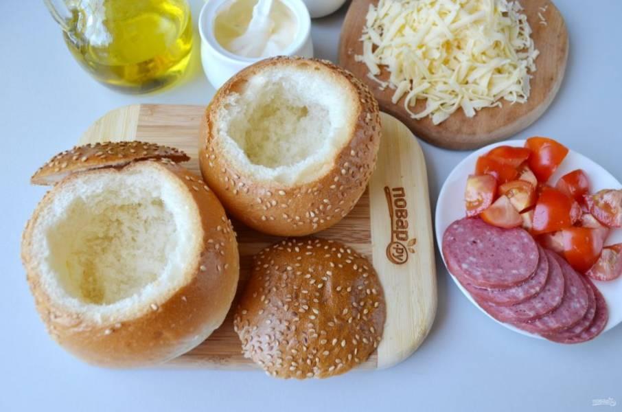 С булочек срежьте крышечки, удалите мякоть. Порежьте помидоры, натрите сыр.