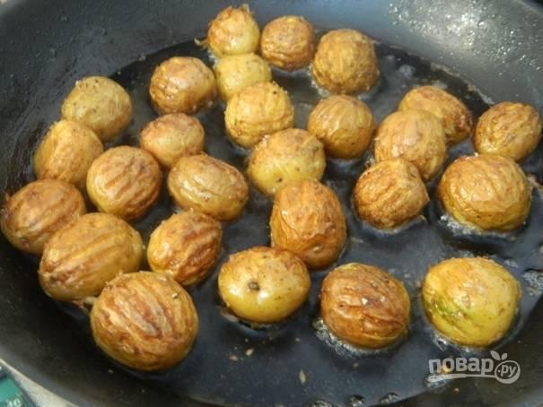 4. Жарим картофель под крышкой на среднем огне минут 10-15. Затем ее необходимо перевернуть и обжаривать еще минут 10.