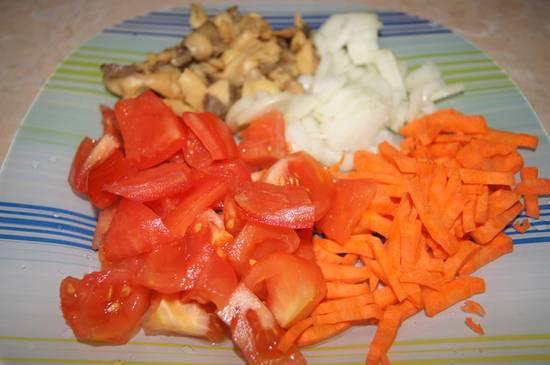 Тем временем подготовим остальные ингредиенты. Овощи моем, чистим и мелко нарезаем. Шампиньоны также нарезаем пластинками.