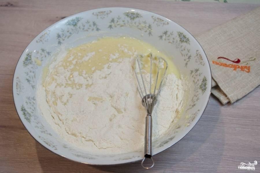 Теперь просейте муку и замесите тесто. Тесто получится жидким, не пугайтесь: так и должно быть.
