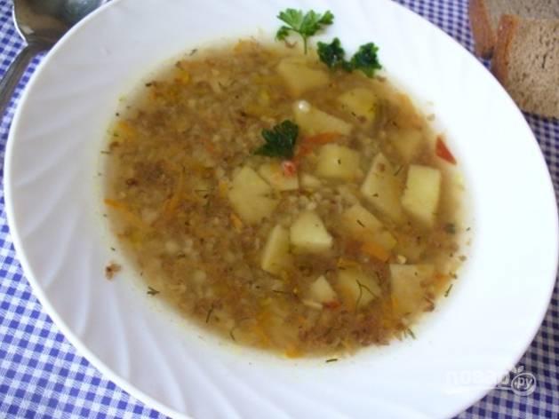 Подавайте супчик горячим со сметаной и зеленью. Перед подачей я обычно отделяю мясо от ножки и раскладываю по тарелкам.