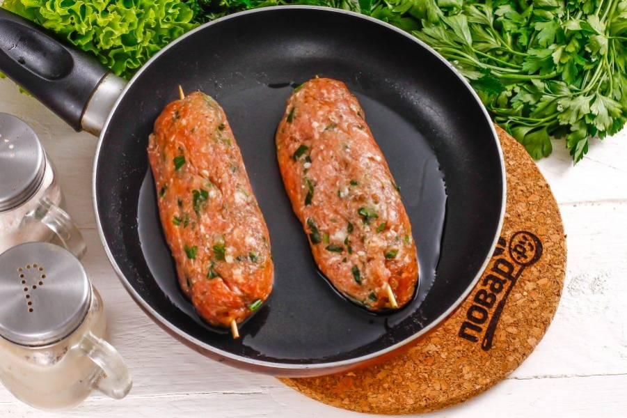 Обжарьте люля кебаб на открытом огне, на решетке или в сковороде до румяности со всех сторон, включая сильный нагрев.