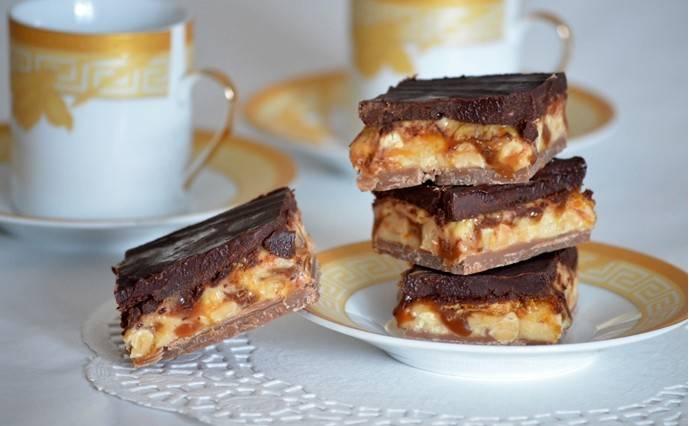 3. Снова нагреем оставшуюся часть шоколадно-ирисочного слоя. Выливаем поверх орехового слоя и разравниваем. Снова отправим в холодильник. А через три-четыре часа достаем, нарезаем и подаем!