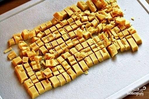 Белый шоколад разрезаем/ломаем на небольшие кубики.