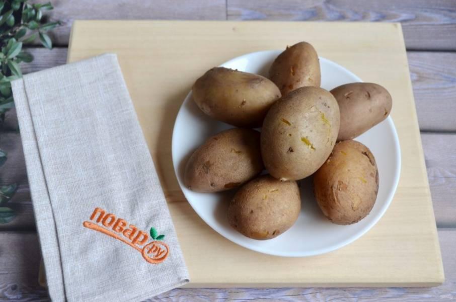 """4. Отварите картофель """"в мундире"""". Дайте ему немного остыть, снимите кожуру."""