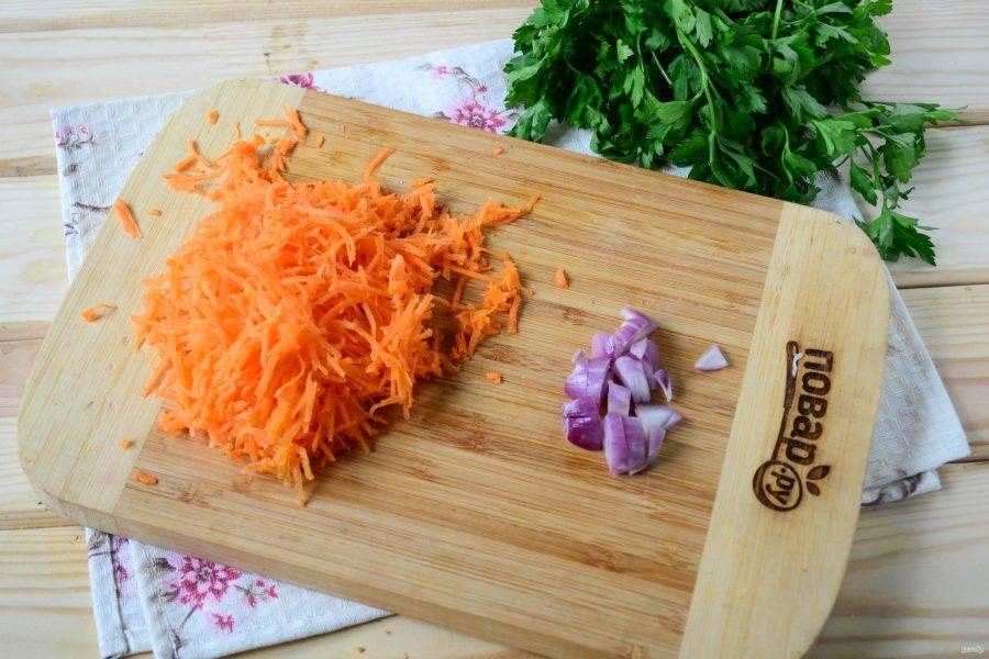 Морковь натрите на мелкой терке, а луковицу мелко порубите. Я использую очень мало лука по сравнению с количеством моркови, все потому, что мне очень нравится сочетание капусты и моркови.