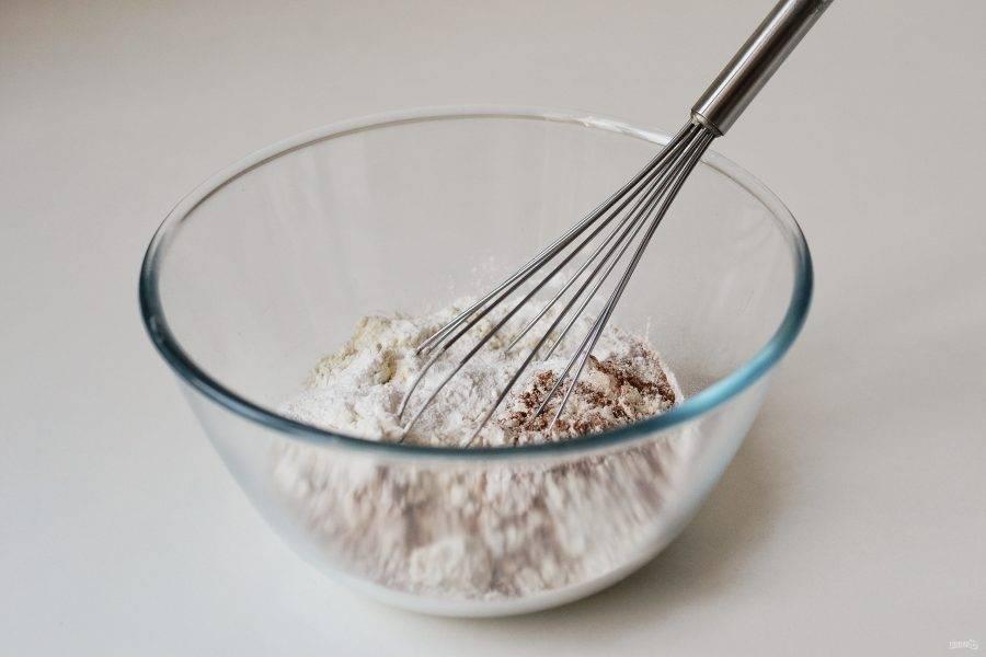 Смешайте все сухие ингредиенты в большой миске.