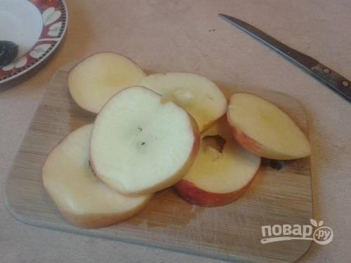 Яблоки лучше брать жесткие и кислые. Очистим яблоко от сердцевины и нарежем кольцами примерно 7-8 мм.