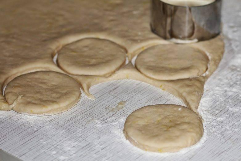 Раскатайте тесто и вырежьте стаканом (или формочкой) кружочки толщиной до сантиметра.