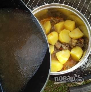 8. Заливаем все бульоном так, чтобы тот слегка покрыл картофель.