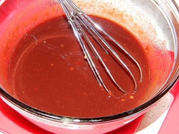 2. Чеснок очистить и нарезать мелким кубиком (можно измельчить с помощью пресса). Соединить с томатной пастой и острым соусом. Добавить сахар, немного сушеного имбиря, гранатовый сок. Все тщательно перемешать и попробовать. При необходимости увеличить количество тех или иных ингредиентов. Рецепт приготовления свинины в гранатовом соусе можно также дополнить и другими любыми специями по вкусу.