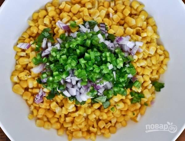 1. В глубокую мисочку отправьте кукурузу, измельченный перец, лук, петрушку.