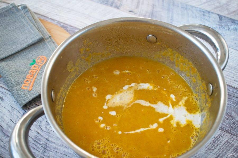 Взбейте суп блендером до однородности. Влейте кокосовое молоко, посолите по вкусу, доведите до кипения, снимите с огня.