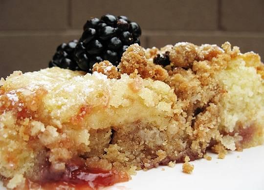 9. Вот и весь секрет, как сделать сладкий пирог с вареньем просто и очень вкусно.
