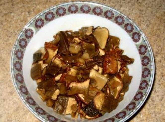 Отмоченные грибы порежьте на небольшие куски. Грибную воду не выливайте.