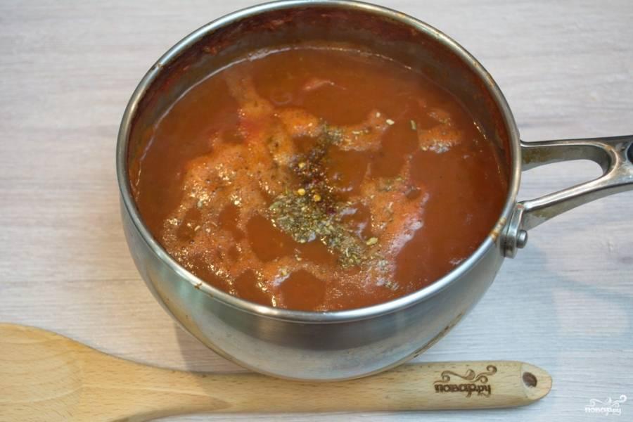 Поставьте на огонь, добавьте специй (молотый кориандр, душистый молотый перец, соль, сахар, черный молотый перец и другие специи). Помешивая, варите около 40 минут.