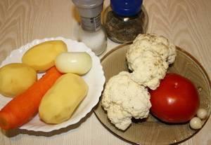 Добавляем нарезанный кубиками картофель в суп. Варим 7-10 минут. Подготавливаем остальные овощи.