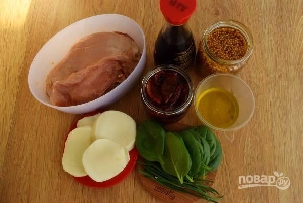 Подготовьте необходимые продукты. Филе заранее замаринуйте в соевом соусе минимум на 2 часа. Моцареллу нарежьте на тонкие ломтики.