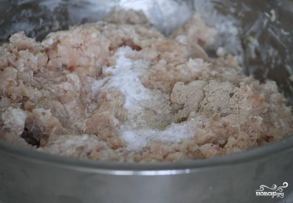 Фарш немного отбиваем, добавляя сливки, солим и приправляем белым молотым перцем.