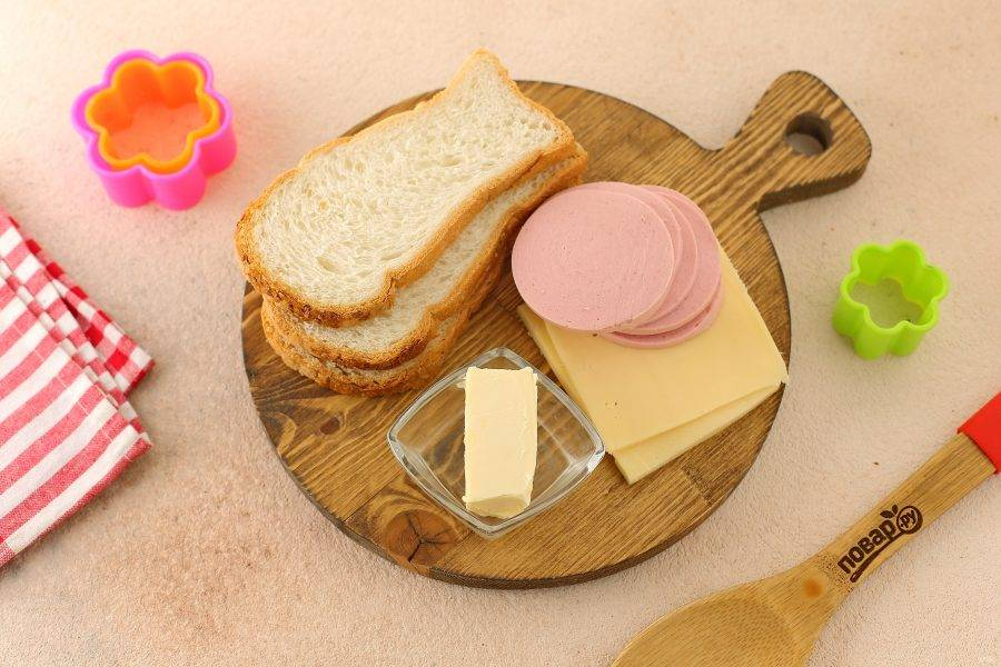 Подготовьте все ингредиенты. Сыр и колбасу берите любые по вкусу.
