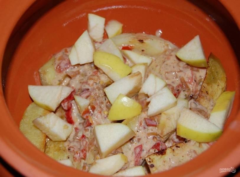 14.Мою и нарезаю кусочками кисло-сладкое яблоко, добавляю несколько кусочков в каждый горшочек.
