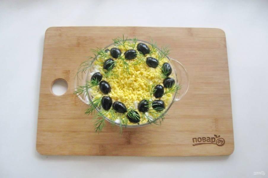 Украсьте салат по вкусу. Я использовала маслины и веточки укропа.