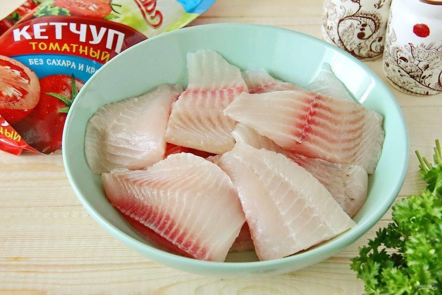 Рыбу разморозьте и обсушите бумажным полотенцем, удаляя максимум воды.