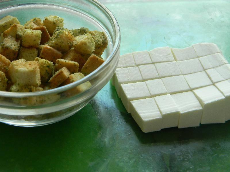 2. Брынзу нарезаем такими же кусочками, как и выбранные вами сухарики. Когда курица дойдет до полуготовности - добавим в суп брынзу, и рассол от сыра (если любите супы соленые).