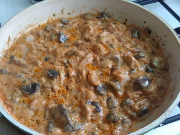 Жарьте практически до готовности грибочков. Потом добавьте на сковородку сметану и кетчуп. Размешайте и готовьте еще минут 5.