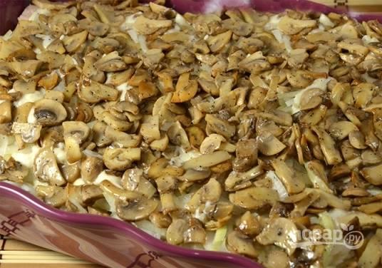 Следующий слой — это слой из грибов и соуса.