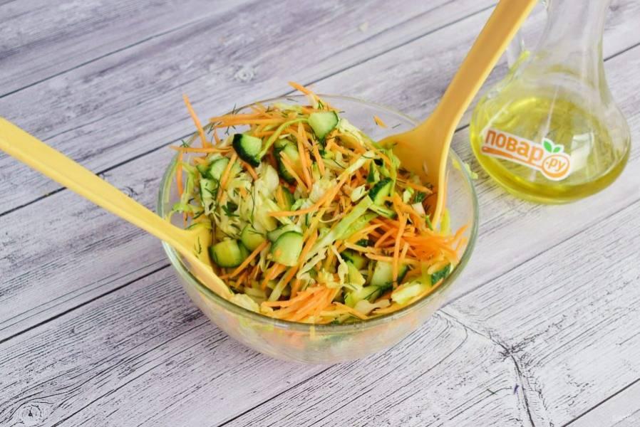 Для заправки соедините оливковое масло, яблочный уксус и сахар по вкусу. Заправьте салат, перемешайте.
