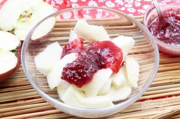 А пока сделайте начинку. Яблоки промойте, очистите от кожуры и нарежьте дольками. Добавьте к ним сок лимона и варенье. Перемешайте.