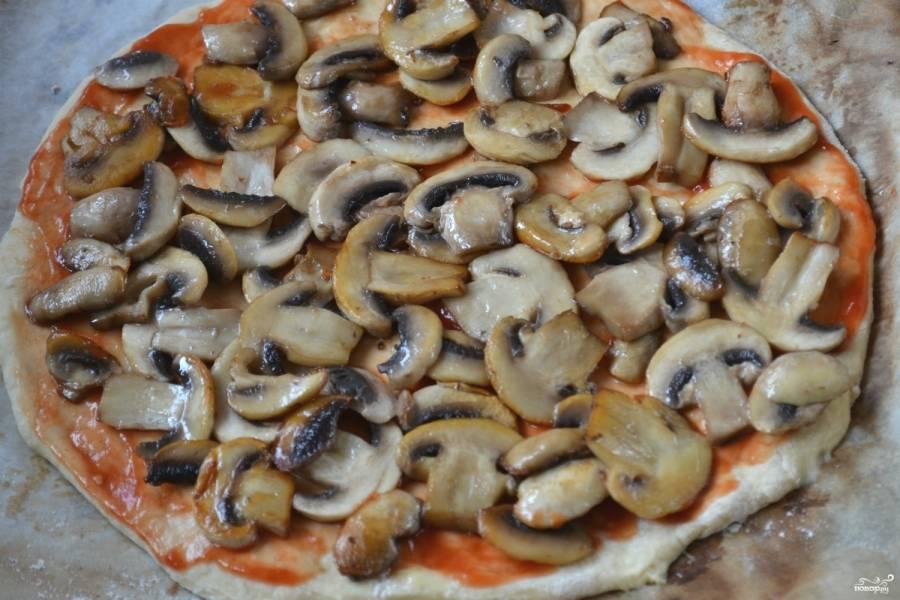 Смажьте тесто кетчупом, выложите грибы.