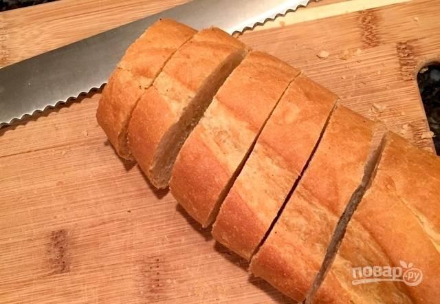 6.Нарежьте французский батон ломтиками, сделайте из них гренки или тосты.