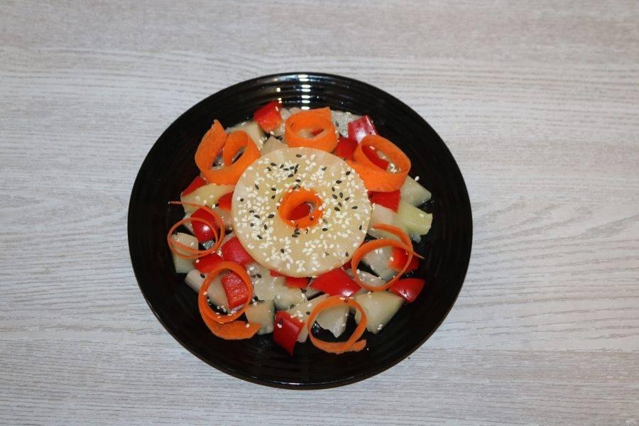 Сверху выложите колечко ананаса, посыпьте кунжутом , полейте оливковым маслом.