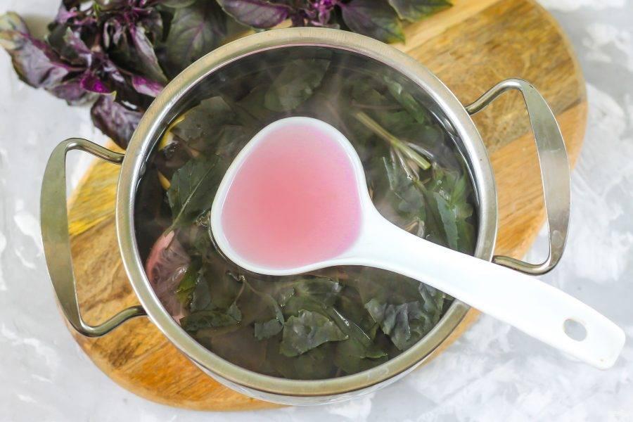 Компот из базилика считается готовым, когда пряность отдаст жидкости свой цвет, вкус и аромат. Подкорректируйте напиток по вкусу и выключите нагрев. На зиму компот не заготавливают, так как он потеряет тот самый терпкий вкус.