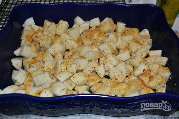 2.Очистите картофель и нарежьте его небольшими кубиками, выложите в форму для запекания, посолите и поперчите, перемешайте и накройте фольгой. Запекайте в разогретом до 175 градусов духовом шкафу 40 минут.