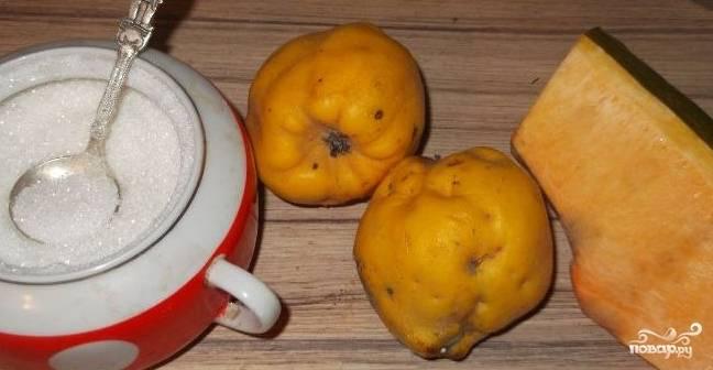 1. Перед тем, как приготовить варенье из айвы и тыквы, подготовьте все необходимые продукты. Отмерьте 250 грамм сахара и вымойте айву с тыквой.