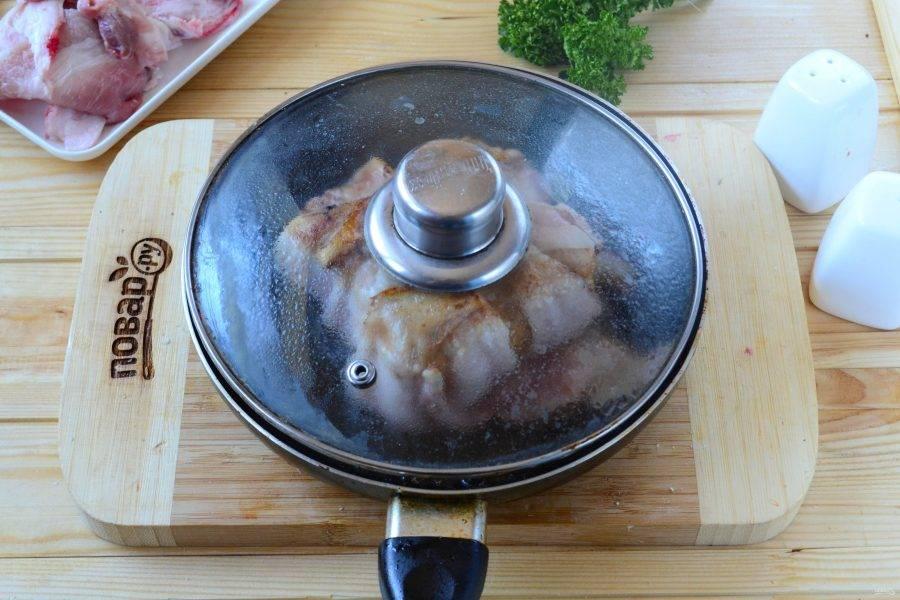 Затем переверните, накройте крышкой и готовьте на медленном огне 6-7 минут.