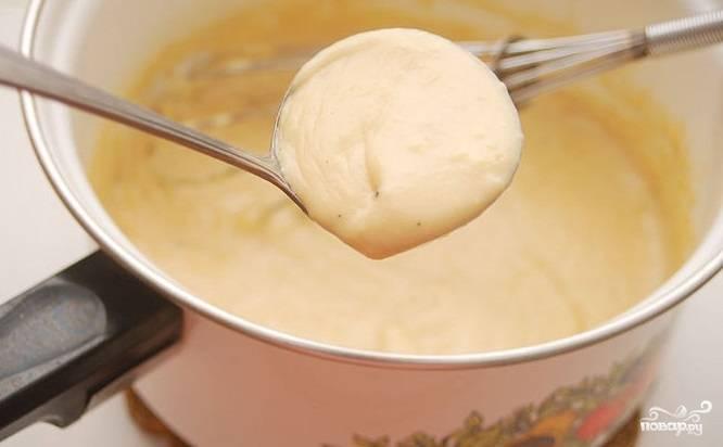 6. Огонь под кастрюлей убавьте до максимально медленного. Добавьте сыр и, помешивая, растопите его в соусу. Сырный соус как в Макдональдсе готов! Приятного аппетита!