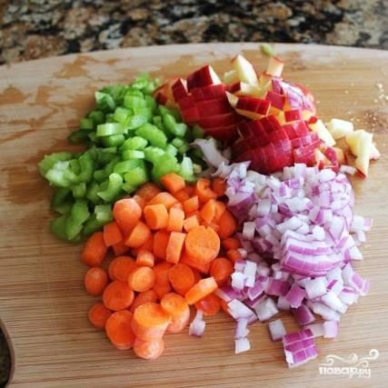 4. Промойте овощи (морковь, яблоко, луковицу и сельдерей), очистите и нарежьте небольшими кубиками.