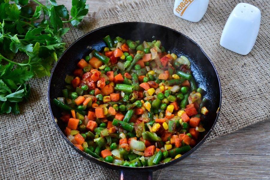 Овощи посыпьте паприкой и черным перцем.