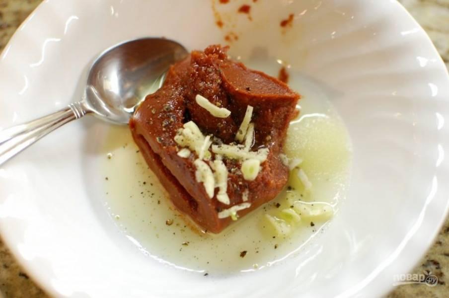 6.В это время смешайте томатную пасту, оставшееся оливковое масло, сахар, соль, молотый перец и измельченный чеснок.