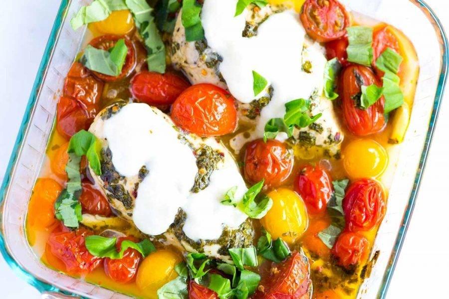 Запекайте блюдо 35-40 минут. За пару минут до готовности добавьте на курицу сыр и позвольте расплавиться.