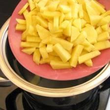В кипящую подсоленную воду кладем картофель и варим в течении 5 минут.