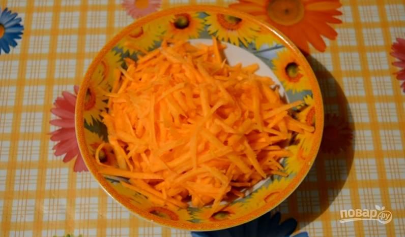 4.Морковь очищаем и моем, затем измельчаем её на крупной терке.