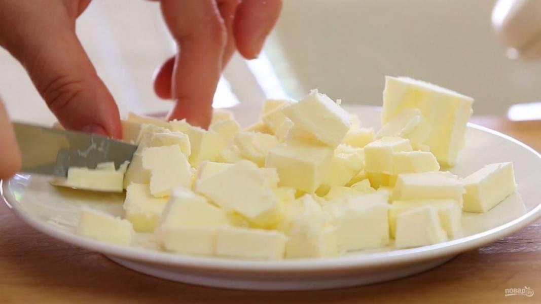 3. Холодное масло нарежьте мелкими кубиками.
