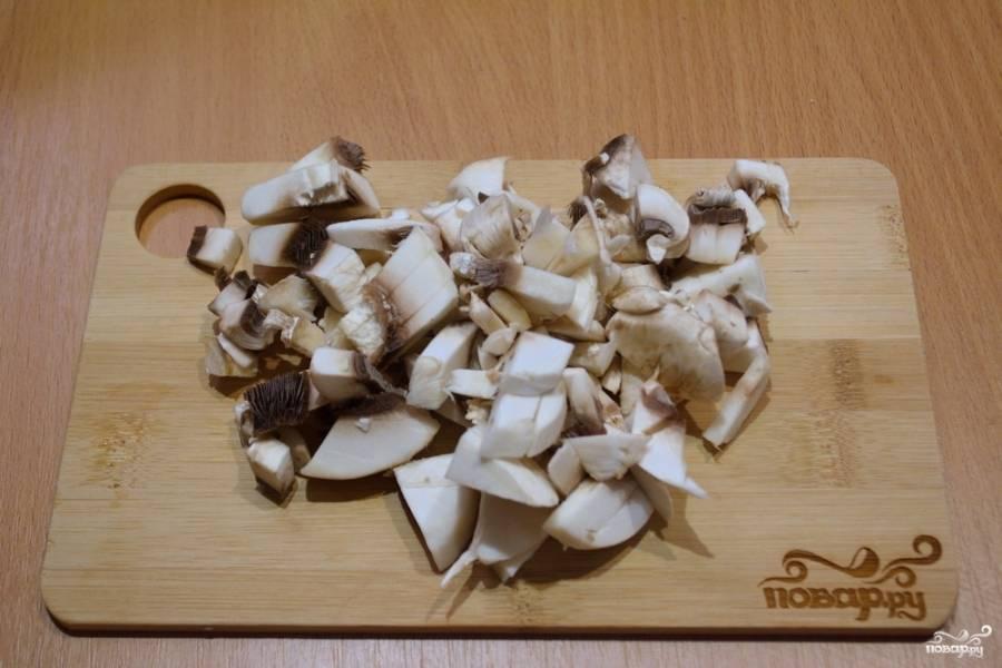 Тесту даем постоять 15 минут. Оно улучшит свои качества, блины будут вкуснее и лучше отойдут от сковородки.  Пока тесто ждет, нарезаем грибы. Жарим их просто на масле до готовности. Посолите.