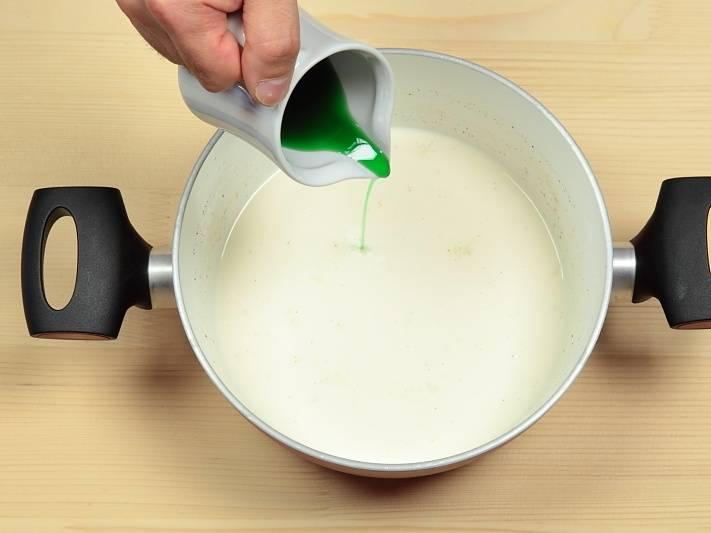 В одну часть налейте сироп мятный.